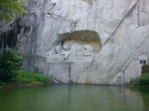 Памятник умирающий лев